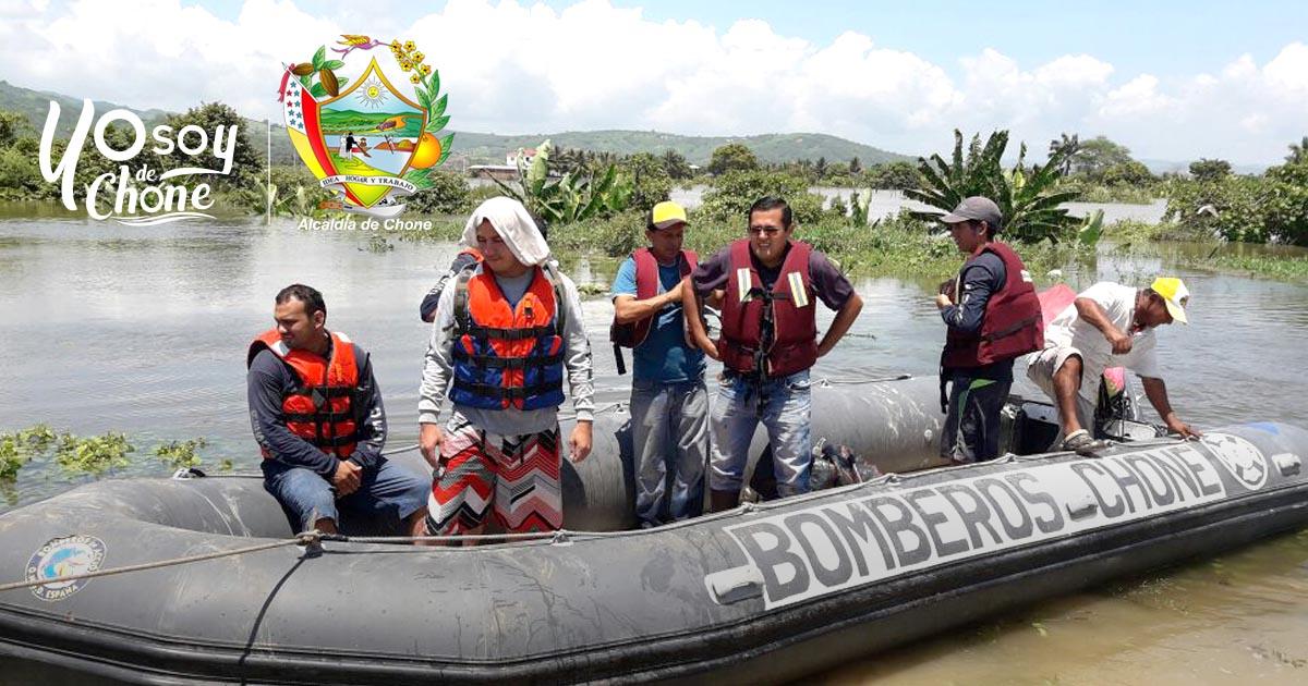 28 familias rescatadas por Bomberos y brigadistas de la Cruz Roja de Chone