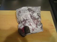 頭や尻尾、内蔵は新聞紙に包みます