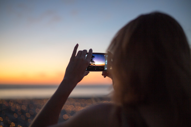 girl_with_android_phone_takes_picture_of_sunset.jpg