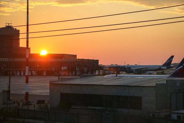 Sunset at Sheremetyevo International Airport モスクワ、シェレメチェボ国際空港に沈む夕日