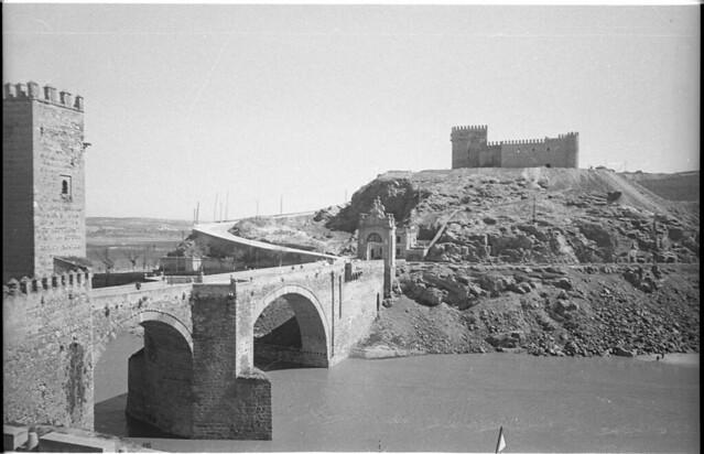 Puente de Alcántara y Castillo de San Servando en Toledo a mediados del siglo XX. Fotografía de Roberto Kallmeyer © Filmoteca de Castilla y León. Fondo Arqueología de Imágenes