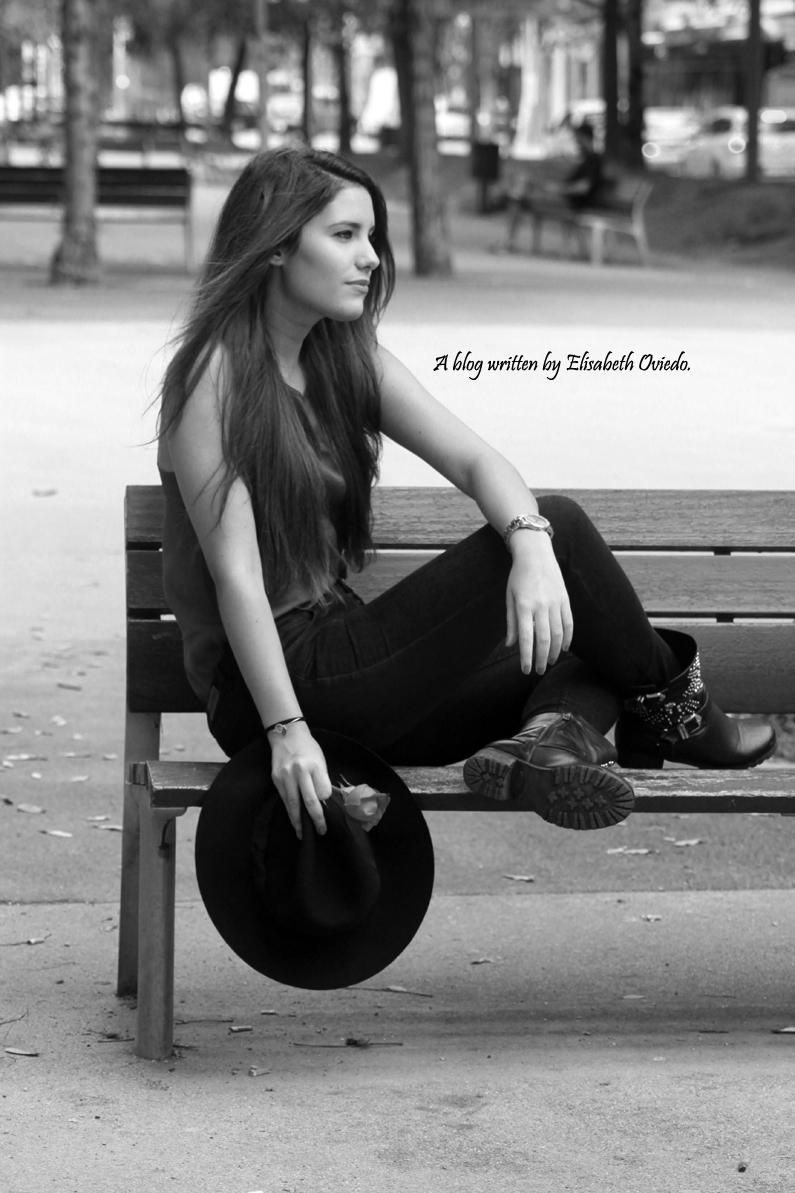 sombrero-negro-stradivarius---camiseta-burgundy-y-botas-XTI-HEELSANDROSES-(1)