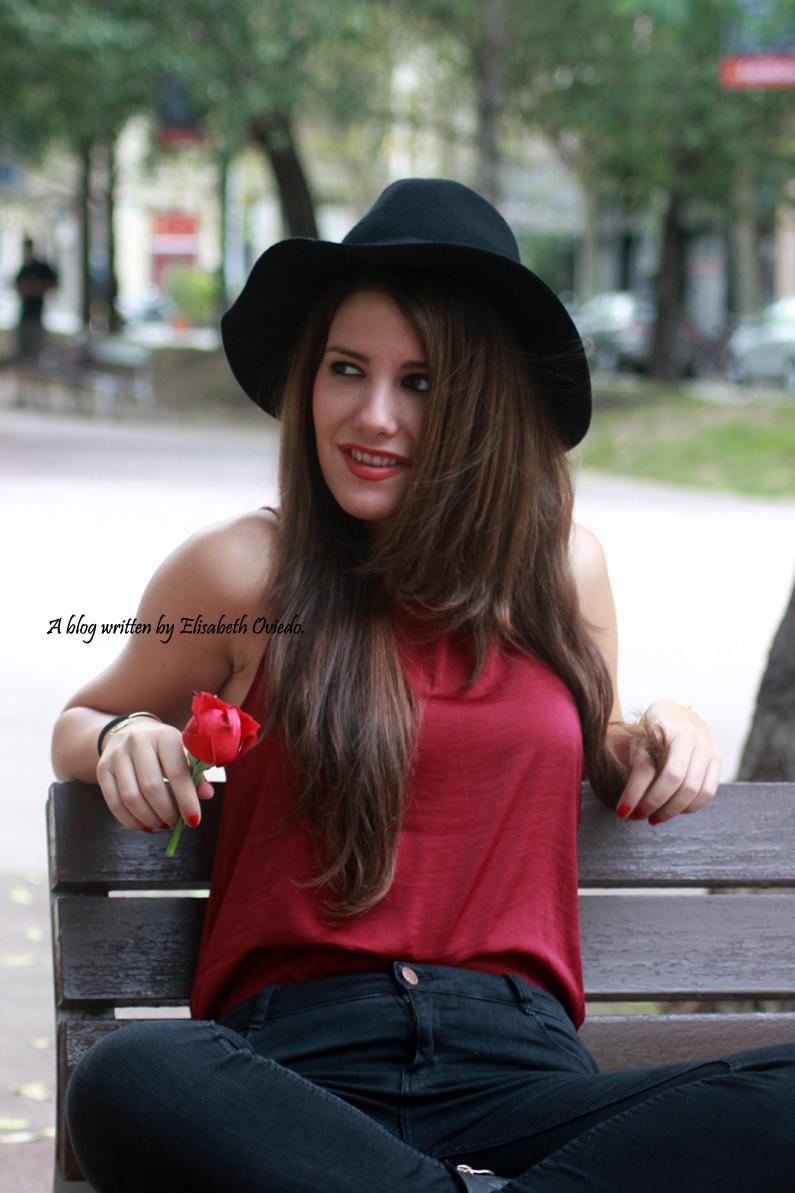 sombrero-negro-stradivarius---camiseta-burgundy-y-botas-XTI-HEELSANDROSES-(9)