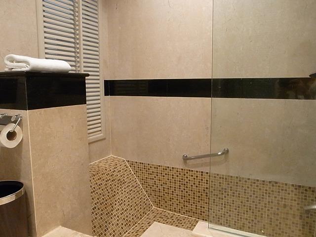 <p>シャワーブースと浴槽が一体化。<br /> 洗面所からは1段低くなっていてお湯を張ることができ、浴槽になります。<br /> 快適!</p>