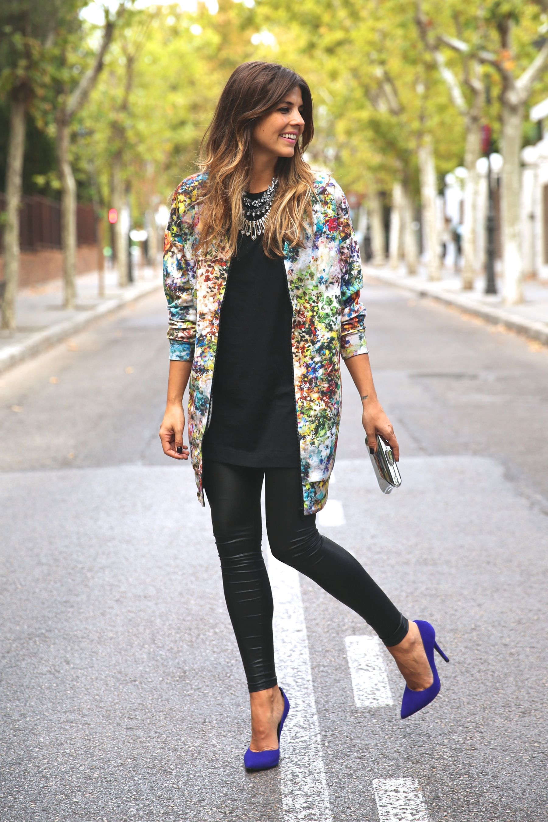 trendy_taste-look-outfit-street_style-ootd-blog-blogger-fashion_spain-moda_españa-leggings-bomber-cazadora-estampado_flores-flower_print-mas34-stiletto-estiletos-basic_tee-camiseta_basica-sport_chic-12