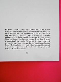 Adelphiana, AAVV. Concezione grafica di Matteo Codignola e Roberto Abbiati; impaginazione di Matteo Spagnolo; fotografie di Luca Campigotto. La numerazione della pagina è centrata sul testo, a pag. 25 (part.), 1