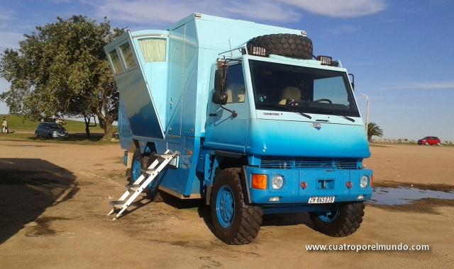 Un espectacular camion caravana en Punta Carretas