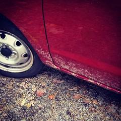 Welke onverlaat heeft er met mijn auto door de modder gereden?