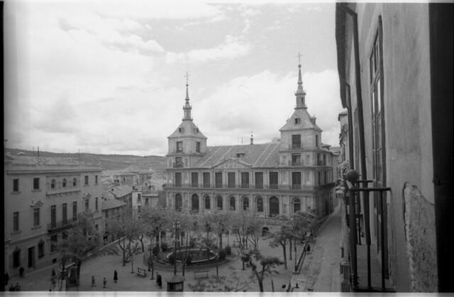 Plaza del Ayuntamiento en Toledo a mediados del siglo XX. Fotografía de Roberto Kallmeyer © Filmoteca de Castilla y León. Fondo Arqueología de Imágenes