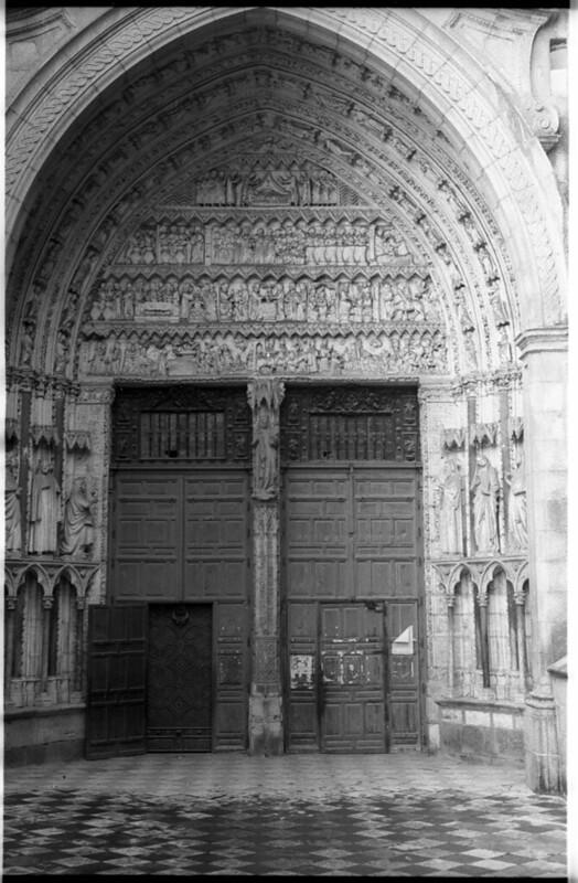 Puerta del Reloj de la Catedral en Toledo a mediados del siglo XX. Fotografía de Roberto Kallmeyer © Filmoteca de Castilla y León. Fondo Arqueología de Imágenes