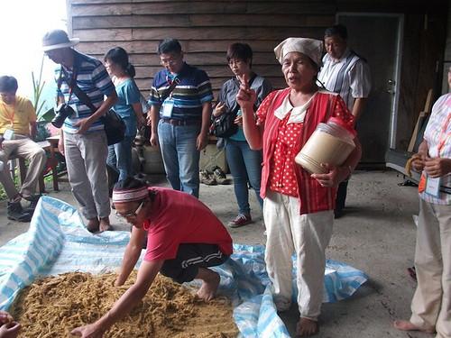 Yaki Yawu抱著一瓶去殼過後的小米,像大家做解說。圖片來源:孟琬瑜