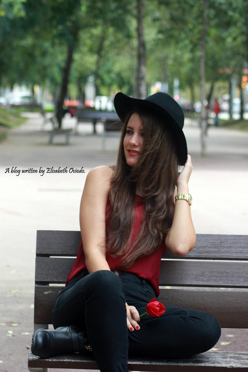 sombrero-negro-stradivarius---camiseta-burgundy-y-botas-XTI-HEELSANDROSES-(4)