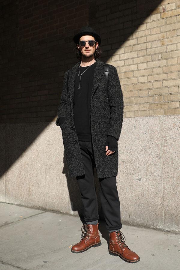 黒ハット×グレーチェスターコート×黒トレーナー×黒パンツ×ブラウンロガーブーツ