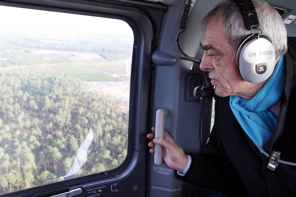 2009 - Henri Emmanuelli survole la forêt landaise après la tempête Klaus