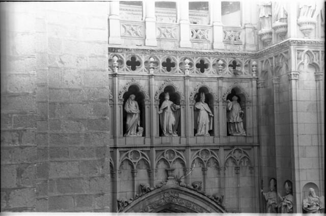 Detalles de la fachada de la Catedral en Toledo a mediados del siglo XX. Fotografía de Roberto Kallmeyer © Filmoteca de Castilla y León. Fondo Arqueología de Imágenes