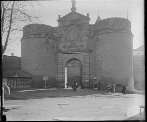 Puerta de Bisagra hacia 1915. Fotografía de Aurelio de Colmenares y Orgaz, Conde de Polentinos Ⓒ Fototeca del IPCE, Ministerio de Educación, Cultura y Deporte. Signatura DCP-A-2277_P