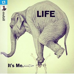 """Repost from @mvbill: """"O peso da vida. Via @triptaminaworld"""".  Parece que às  vezes a vida te sufoca? Não desista e siga em frente.   Quando estamos no caminho certo as dificuldades são inúmeras e os desafios são intermináveis.   Lembre-se que quanto maior"""