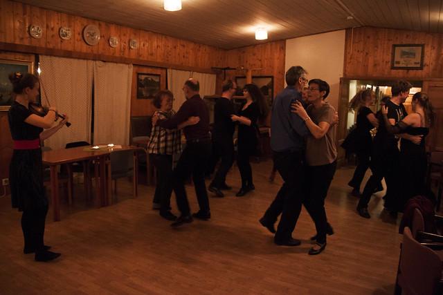 Dans på hytta til Bergen ungdomslag Ervingen. Foto: Kjersti J. Nybø