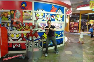 P1060509 Luchando junto a Ultraman en el  Canal City, centro comercial (Fukuoka) 12-07-2010 copia