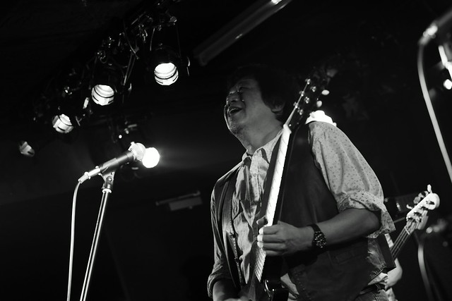 O.E. Gallagher live at 獅子王, Tokyo, 13 Oct 2014 - jam with Stevie. 415