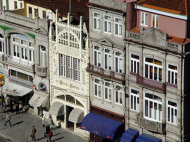 800px-Fachada_da_Livraria_Lello_e_Irmão
