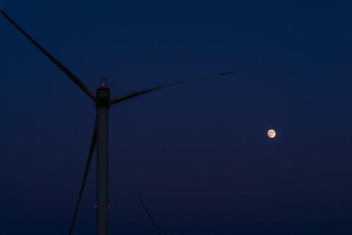 月と風車と夕焼けと