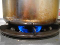 おもりが揺れるくらいの弱めの中火で加熱します