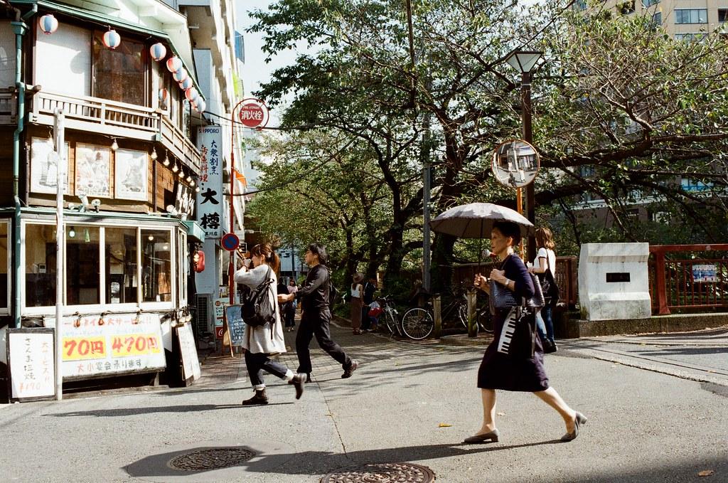 中目黒 Tokyo, Japan / Kodak ColorPlus / Nikon FM2 這裡是目黑區著名的小商店街,座落很多文青的店。  我記得一些事情,所以我慢慢走。  Nikon FM2 Nikon AI AF Nikkor 35mm F/2D Kodak ColorPlus ISO200 0999-0027 2015-10-03 Photo by Toomore
