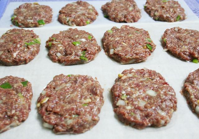 Foto de las hamburguesas crudas de la receta de hamburguesas paleo