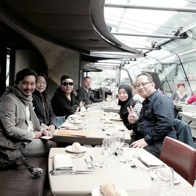 Gambar Anuar Zain makan malam di Glass Boat di Paris bersama peminat yg menang trip ke Paris bersama AZ masa Persembahan Anuar Zain TERINDAH semalan. Mmmm... romantiknya... bestnya... teringat kenangan manis Budiey di Paris bersama Fahrin Ahmad. Tapi kami