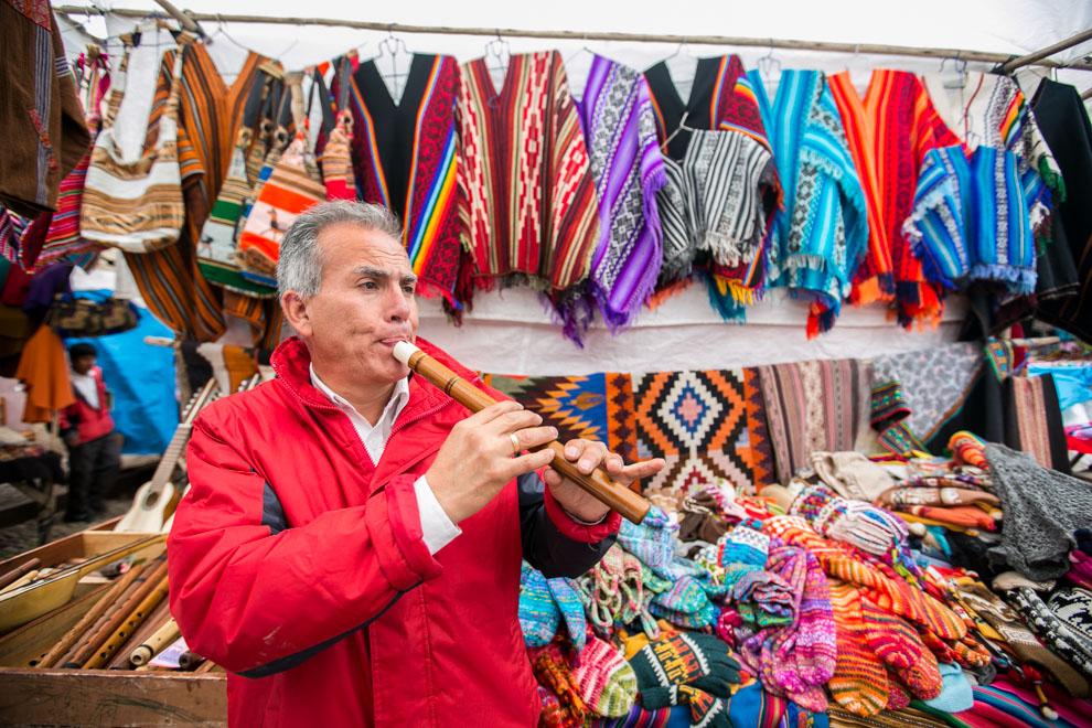 En la ciudad de Pizac, este vendedor de artesanías e instrumentos tocaba Pajaro Campana en la quena, cuando le comenté que era un turista paraguayo. (Tetsu Espósito)