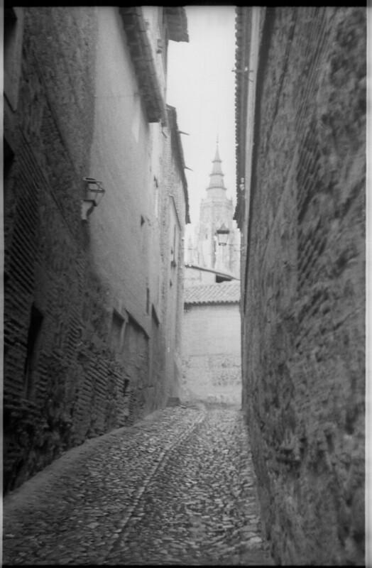 Callejón de Santa Úrsula en Toledo a mediados del siglo XX. Fotografía de Roberto Kallmeyer © Filmoteca de Castilla y León. Fondo Arqueología de Imágenes