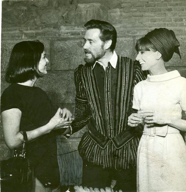 Audrey Hepburn, Mel Ferrer y Lucía Bosé en Toledo en Septiembre de 1964 durante un descanso del rodaje de El Greco junto al Palacio Arzobispal.