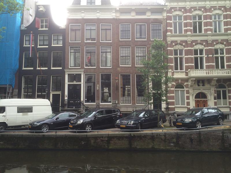 アムステルダム 運河沿いの建物とクルマ