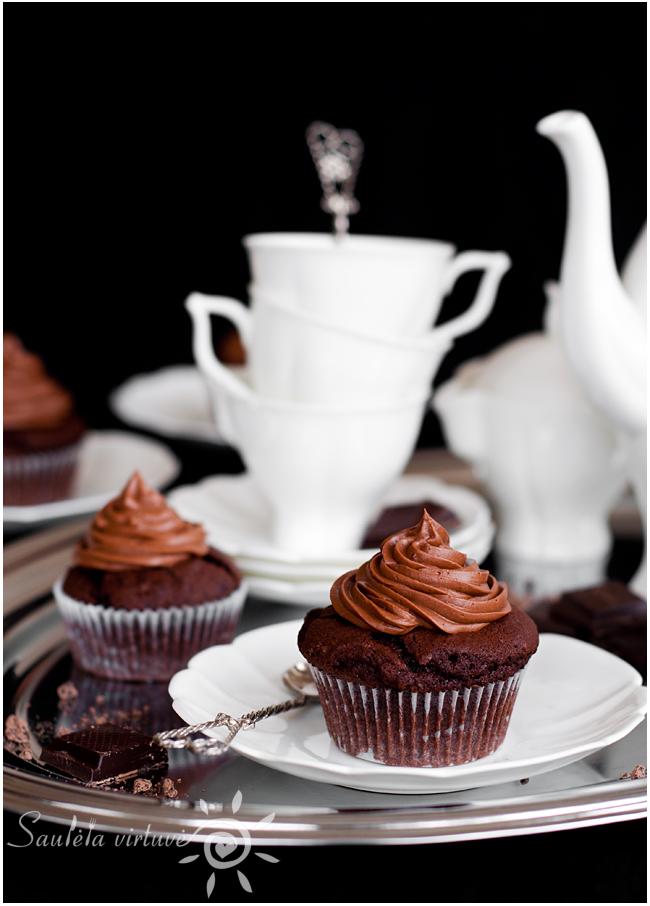 Juodojo šokolado keksiukai su šokoladiniu įdaru ir šokoladinėmis kepurėlėmis (1)