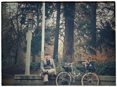 Self-portrait at Laurelhurst Park. Same park, different day, different bike! And who says you can't ride a drop bar bike with a Tweed jacket? #laurelhurstpdx #laurelhurstparkportland #tweedpdx #tweedride #tweedrun #harristweed #selfportrait