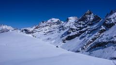 Podejście na przełęcz Coli de Punta Fuora 3108m. W oddali szczyt Gran Paradiso 4061m.