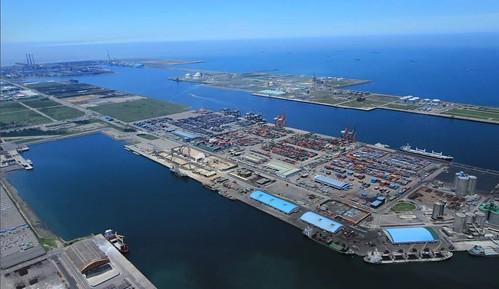 行政院不斷加碼的台中港,以60億變身綠色港埠,卻阻撓白海豚重要棲息環境劃設。(圖片擷取自台中港綠色港口推動現況)