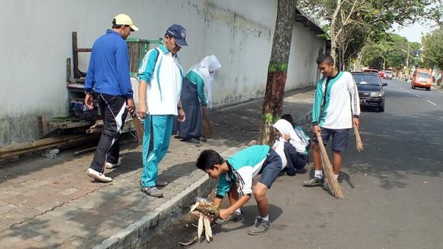 SMP 6 Bersihkan Jalan