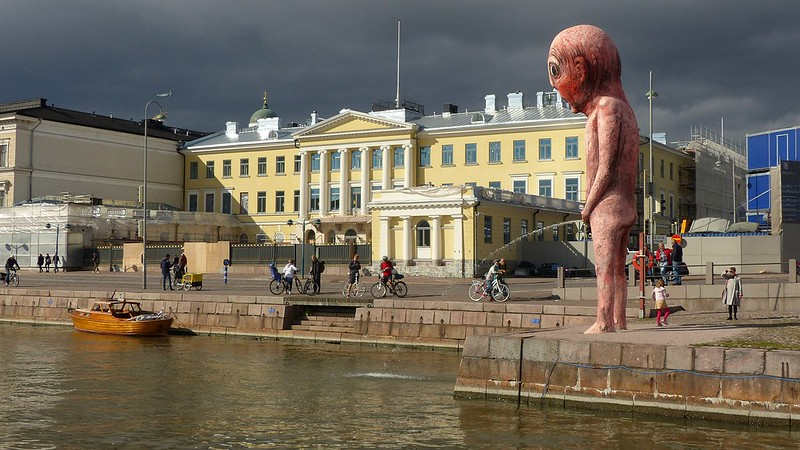 Bad bad boy, pissing in front of the presidential palace (Kauppatori, Helsinki, 20140831)