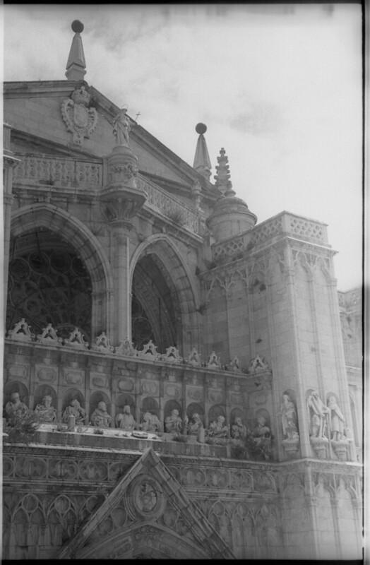 Vista de la fachada de la Catedral en Toledo a mediados del siglo XX. Fotografía de Roberto Kallmeyer © Filmoteca de Castilla y León. Fondo Arqueología de Imágenes