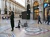 Milan, Italie:  le lys de Florence et le mannequin, Galleria Vittorio Emmanuele II, construite par l'architecte Giuseppe Mengoni de 1867 à 1878,  inaugurée le 1er janvier 1878 par le roi Victor-Emmanuel II d'Italie.