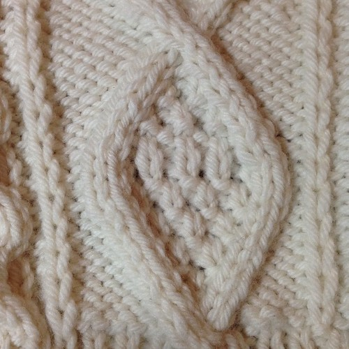 Wah! I made a stitch error! But I think this is what makes handknits... It's those little imperfections that I know, where you can see my hand making this! #handmade #fringeandfriendsknitalong #tonofwool