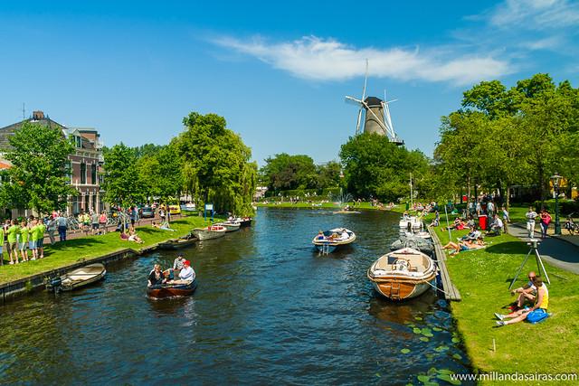 El río Rin a su paso por Leiden (Holanda)