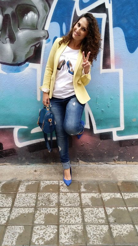Jeans, blazer, vaqueros rotos, cami, Red Nails Ladies, blazer amarillo, zapatos azul Klein, Manolo Blahnik, Louboutin, bolso azul marino escudo, college, ripped jeans, tee, yellow blazer, Klein blue shoes, dark blue bag shield, Bershka, Aliexpress, Massimo Dutti, Zara