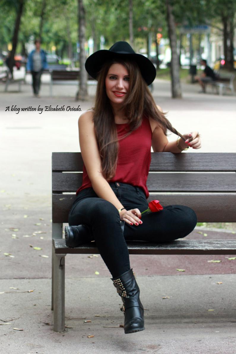 sombrero-negro-stradivarius---camiseta-burgundy-y-botas-XTI-HEELSANDROSES-(5)