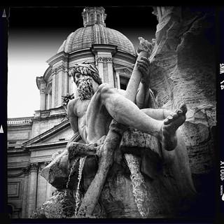 Imagen de Fuente de los Cuatro Ríos. rome italy lucifervilens aodlxfilm bernini thefountainofthefourrivers navonasquare streetphotography hipstography