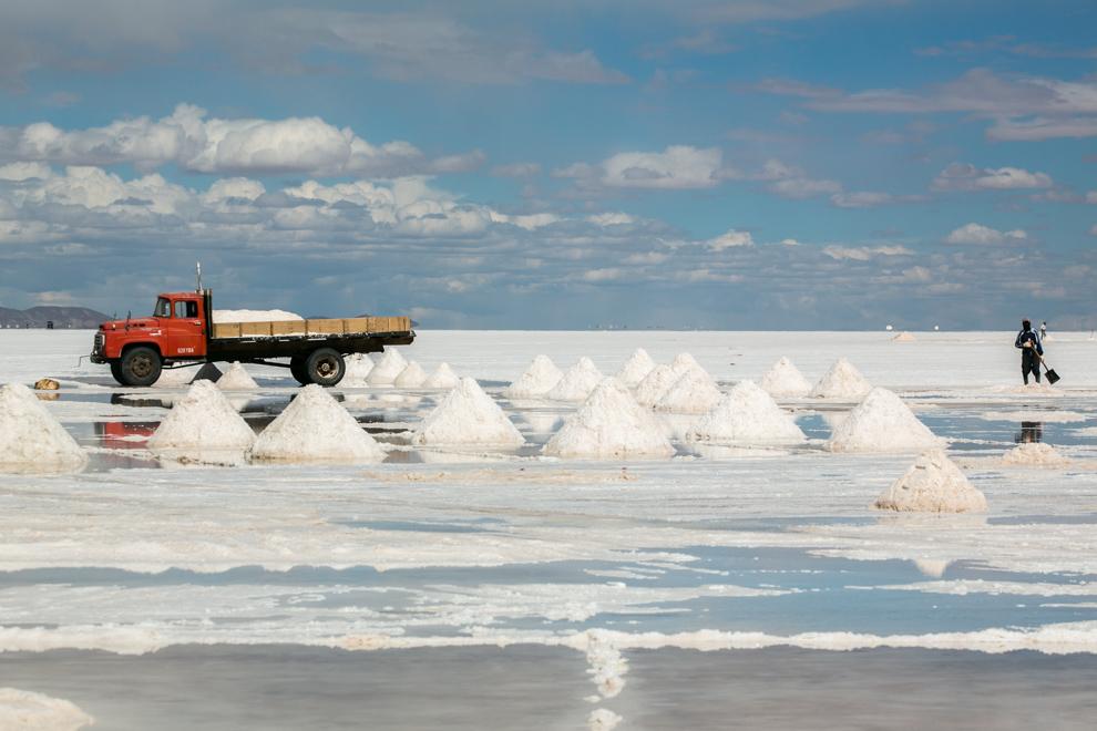 El salar de Uyuni, como se estima, contiene 10 mil millones de toneladas de sal, de la cual 25.000 toneladas son extraídas cada año. (Tetsu Espósito)