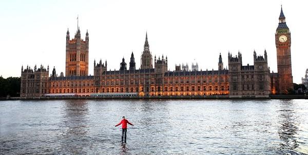 Con người có thể đi trên mặt nước được không?