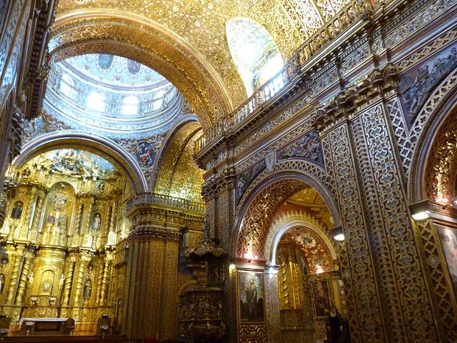 Interior de la iglesia de la Compañía de Jesús en Quito (Ecuador)